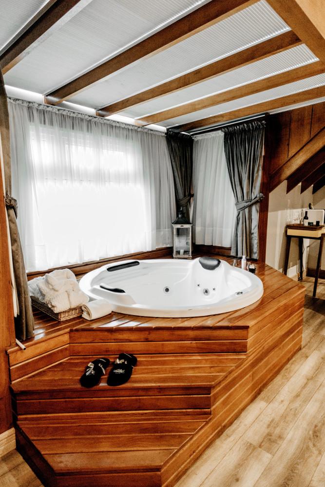 abri de spa en bois avec rideaux