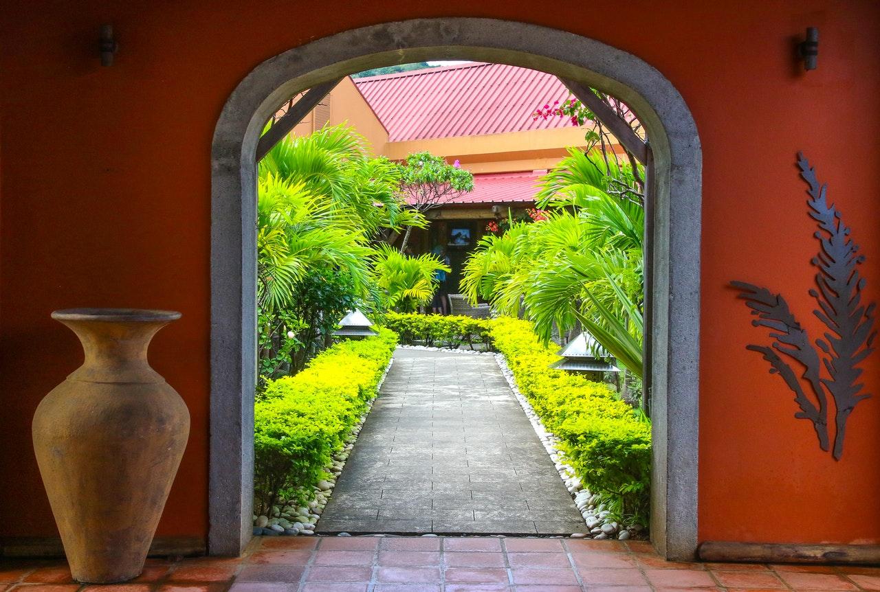 ouverture qui donne sur un jardin