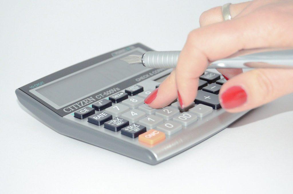 personne qui utilise une calculatrice